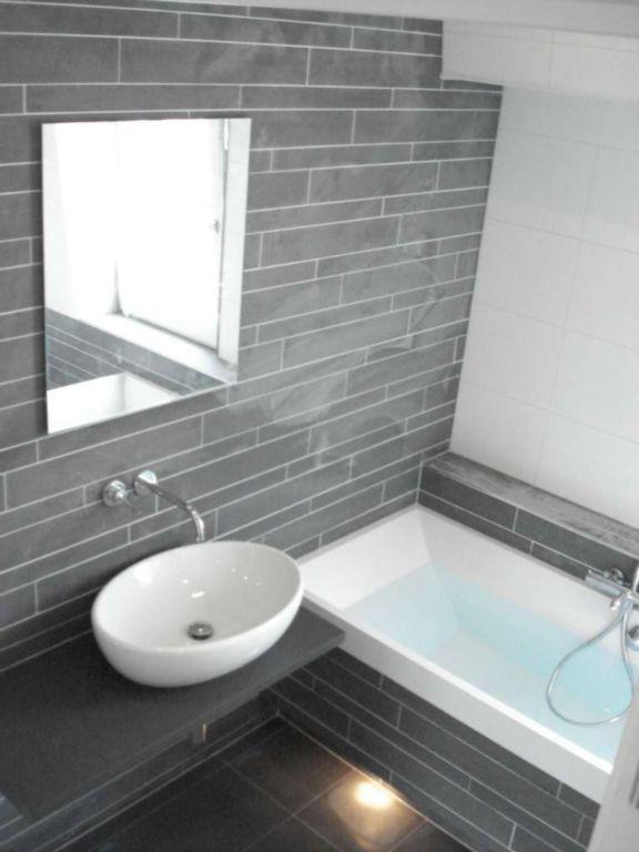 mozaiek stroken achter wasmeubel en bad